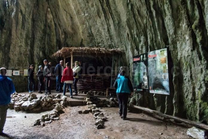 Turisti la pestera Meziad - Bihor