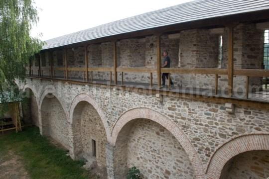 Traseu turistic pe zidurile cetatii Dragomirnei