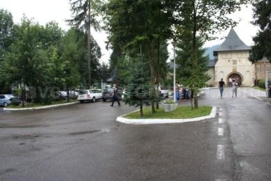 Parcare si acces Manastirea Putna - descopera Bucovina