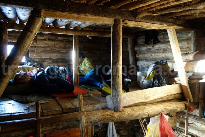 Interior la Refugiul Gugu - Muntii Godeanu