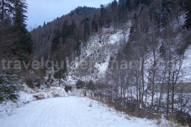 Parcare pentru acces la Refugiul Gugu - Muntii Godeanu