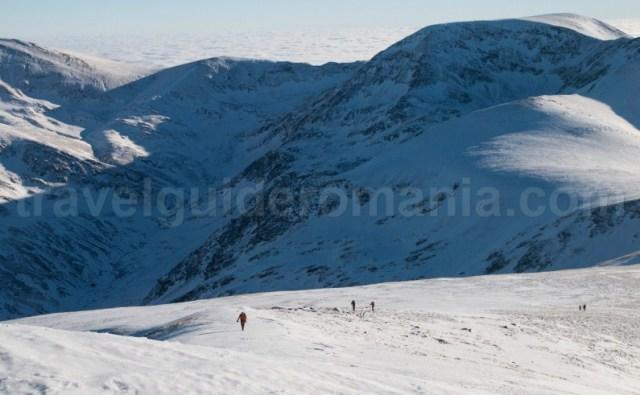 Trasee montane din Muntii Godeanu - coborare de pe varful Gugu