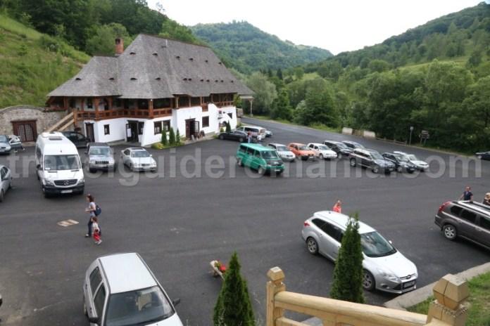 loc-de-parcare-la-manastirea-barsana