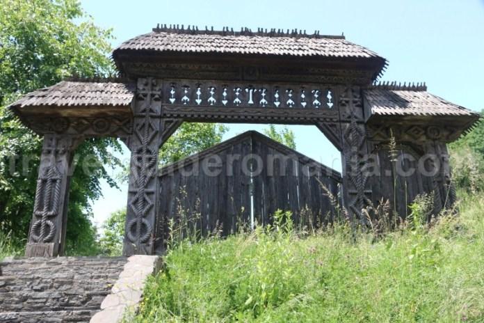 poarta-de-lemn-din-maramures-manastirea-barsana