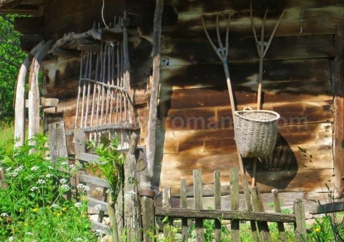 Destinaţia ecoturistică Mara Cosău Creasta Cocoșului Maramureş traditii furca sanie cos nuiele