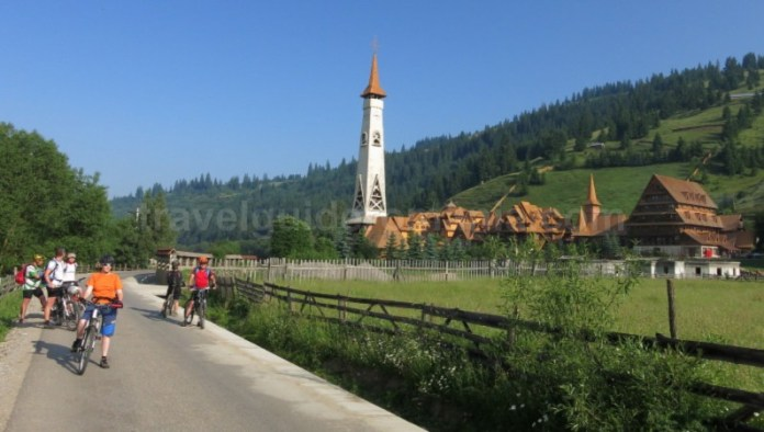 Destinația ecoturistică Țara Dornelor bicicleta manastire