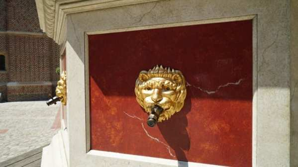 hampton court palace wine fountain
