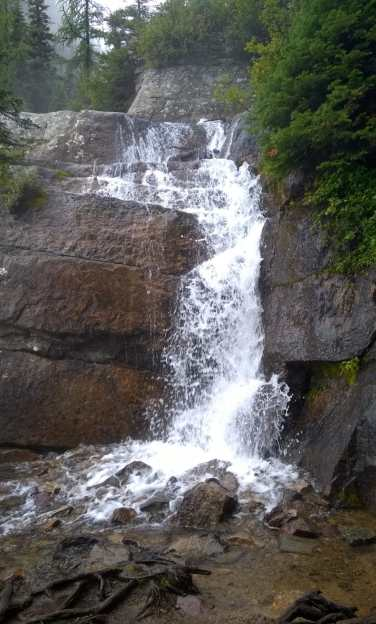Waterfall on the hiking trail to Lake Agnes tea house