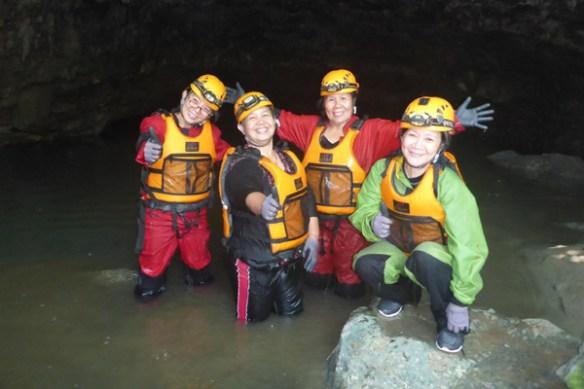 09-lobo-cave-jiabong-samar-group-photo