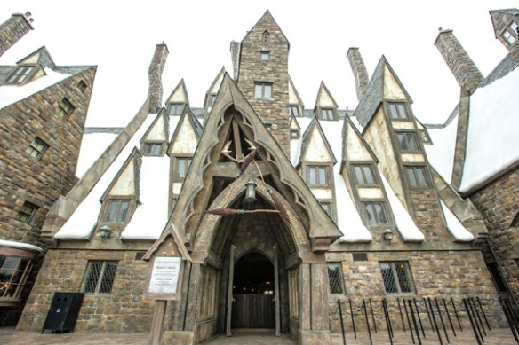 wizarding-world-of-harry-potter-universal-studios-japan-three-broomsticks-facade