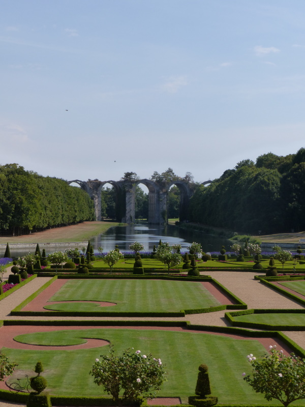 Vue du jardin depuis le château de maintenon