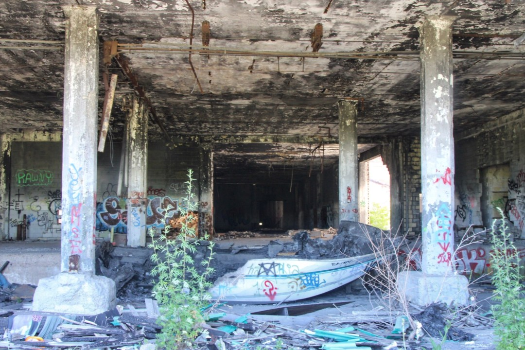 An unofficial guide to Detroit Michigan. America's up and coming city. What to do in Detroit, where to eat in Detroit, where to stay in Detroit, and more! Includes Google Map of Detroit destinations. #detroit #detroitmichigan #traveldetroit #visitdetroit #urbanexploring #packardplant #automotivepackardplant #abandonedbuilding