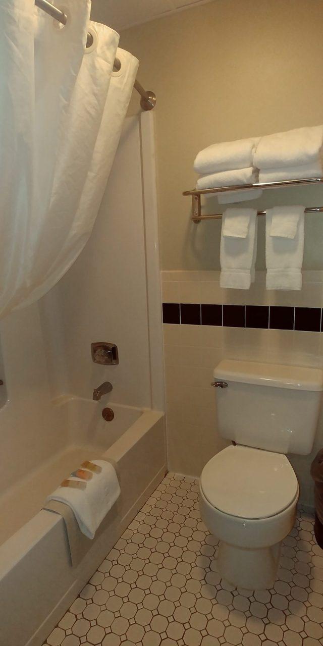 Ottumwa Iowa Hotels tile bathroom