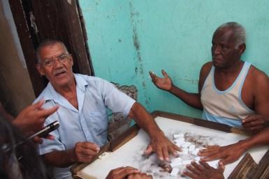 Emotionale Dominospieler auf der Strasse am Abend in Santiago de Cuba