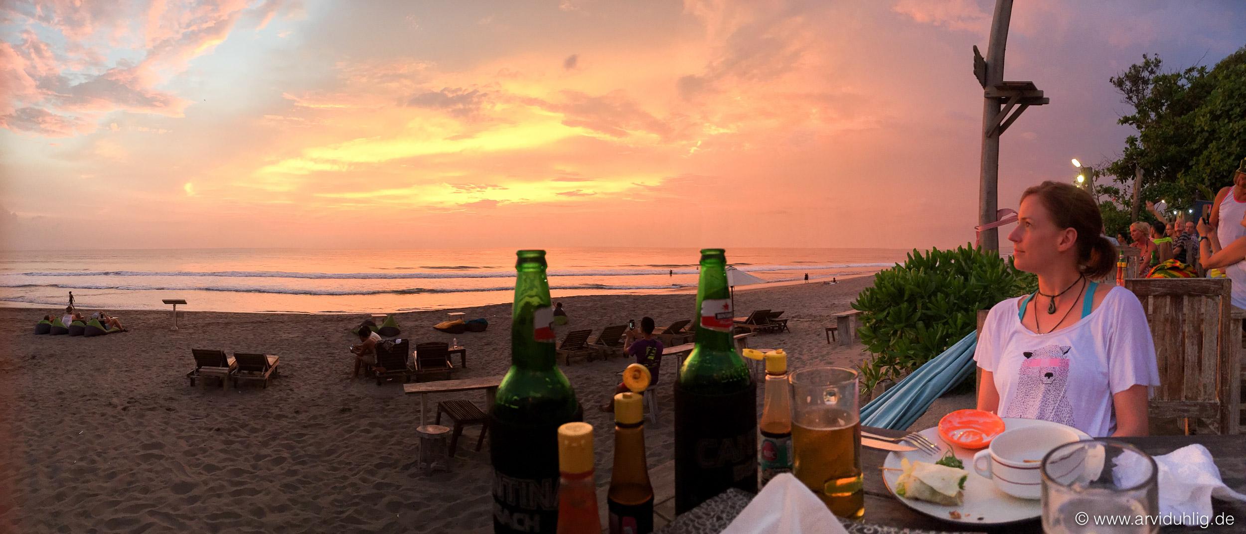 Hausstrand in Canggu | So sehen unsere Abende momentan jeden Tag aus. Rauschendes Meer. Satte Farben. Kühles Bier. Tolles Essen.