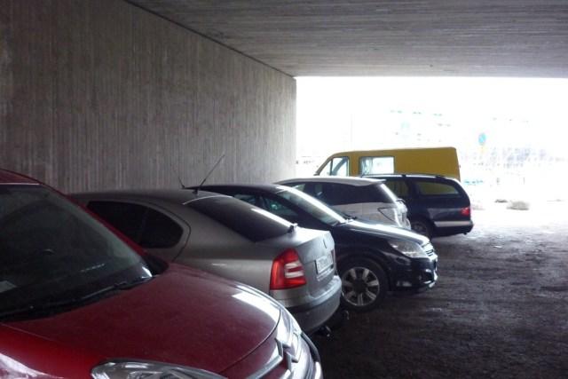 Бесплатная парковка под мостом в центре Хельсинки