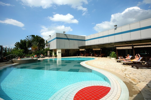 Changi Airport has a roof top swimming pool