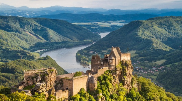KW2EDG Beautiful landscape with Aggstein castle ruin and Danube river at sunset in Wachau, Austria