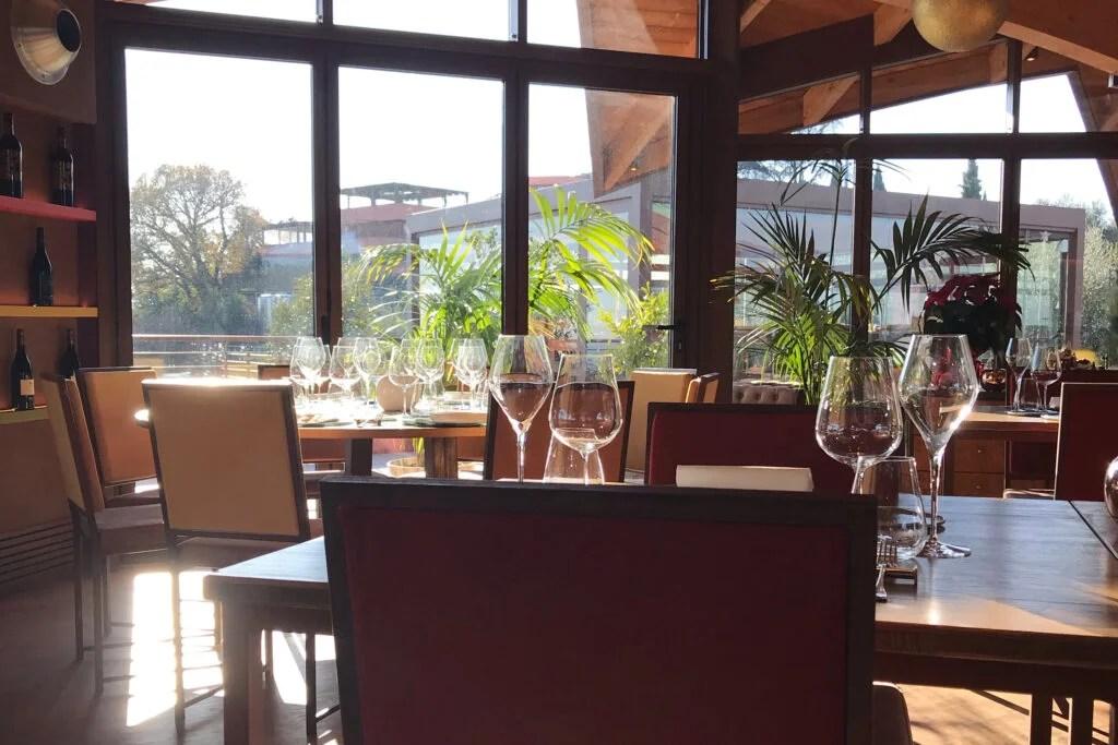 ristorante con tavoli e calici del vetro con grandi vetrate