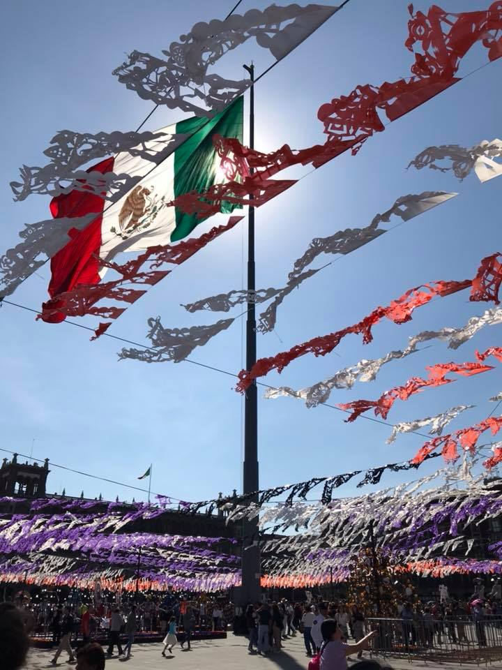 bandiera del messico circondata da festoni bianchi arancioni e viola