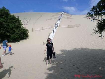 Dispuesta a subir las escalera para escalar la Dune du Pilat