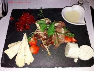 Plato de quesos y embutidos con gelatina de chili
