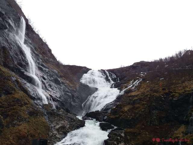 La espectacular cascada Kjosfossen, con bailarina vestida de rojo incluida