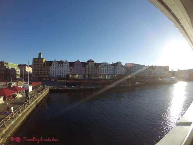 Vistas del puerto y el Mercado de pescado desde la terraza de Bryggeriet