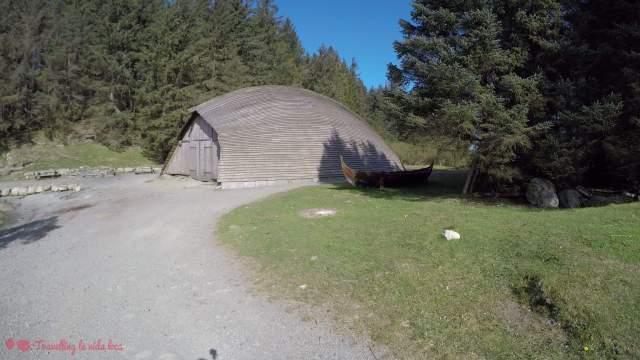 La boat house, con un pequeño barco vikingo al lado