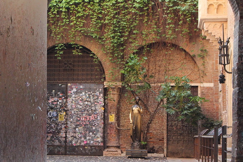 Juliet's balcony Verona Italy - visit and live out your Shakespeare dreams
