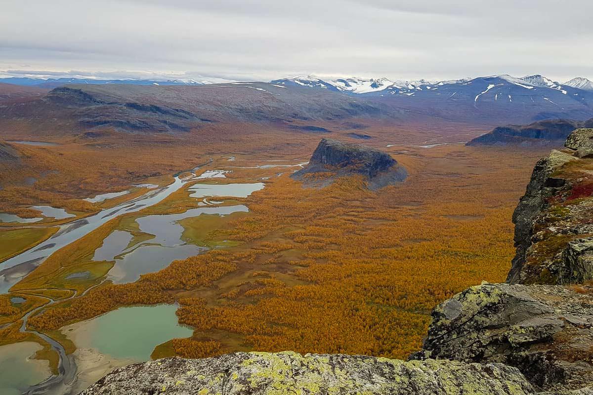 Blick vom Gipfel des Skierffe auf das Rapadalen und den Nammatj