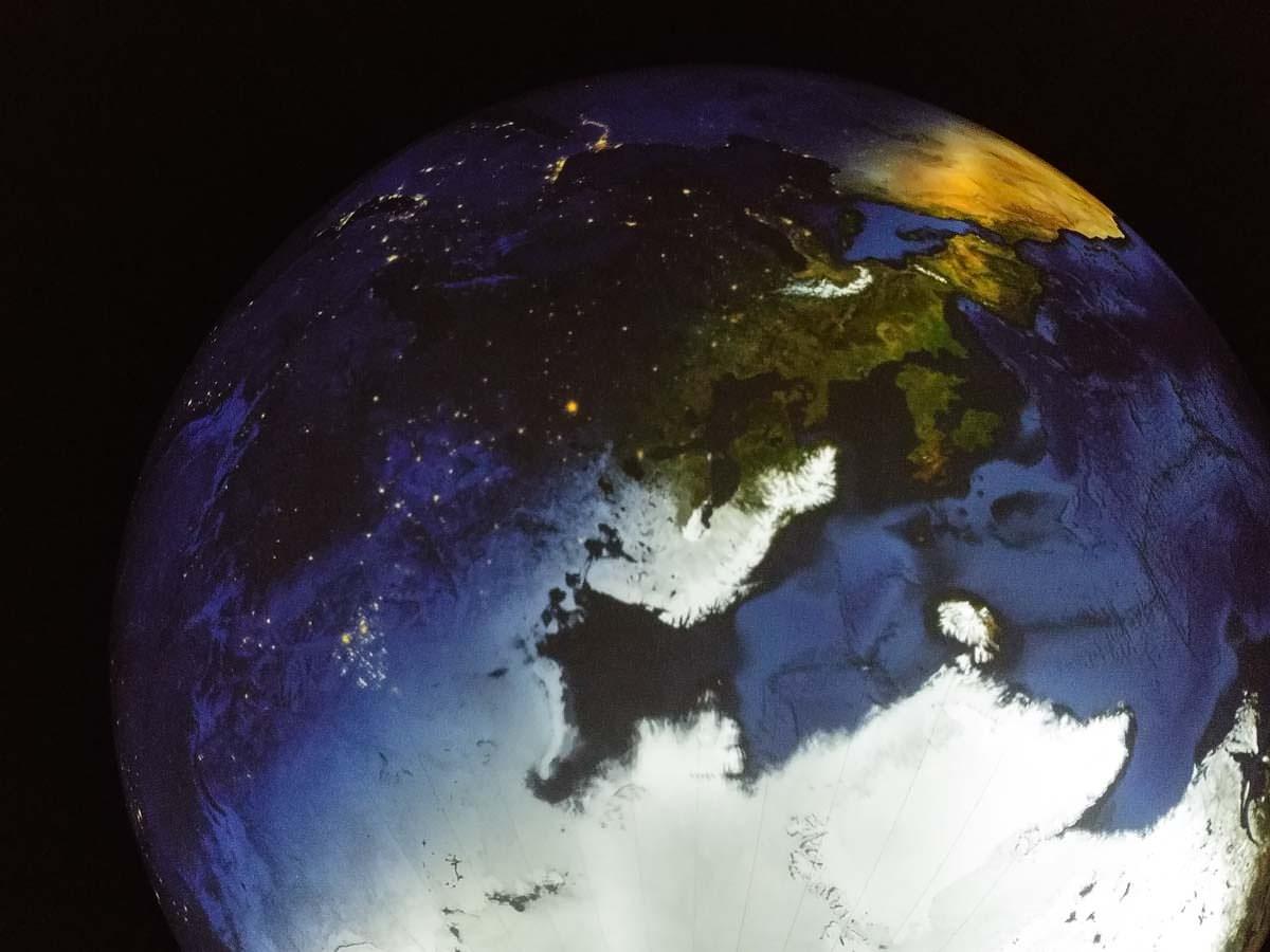 Erdkugel in der Wunter der Welt Ausstellung im Gasometer