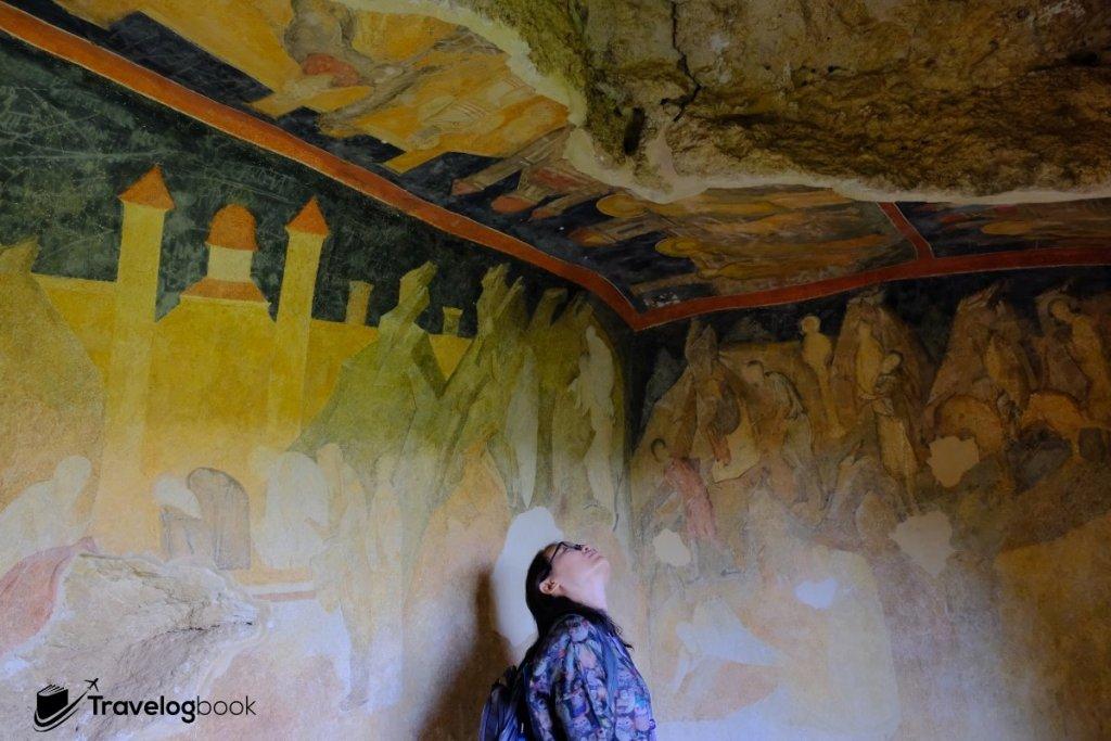 牆身和天花都畫滿了壁畫。