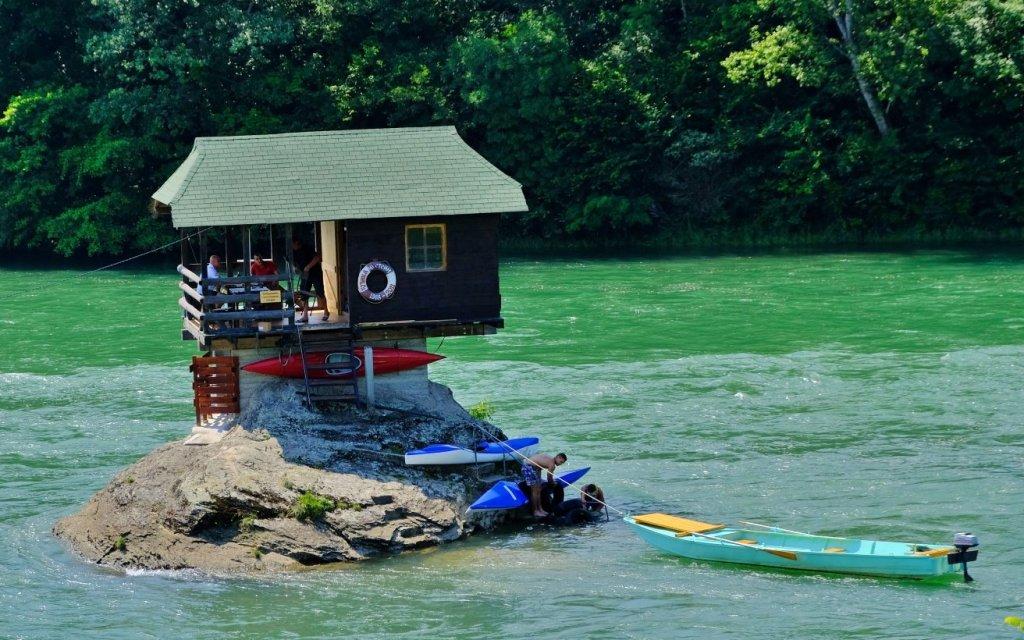 不時有人划艇或獨木舟登上河中小屋。
