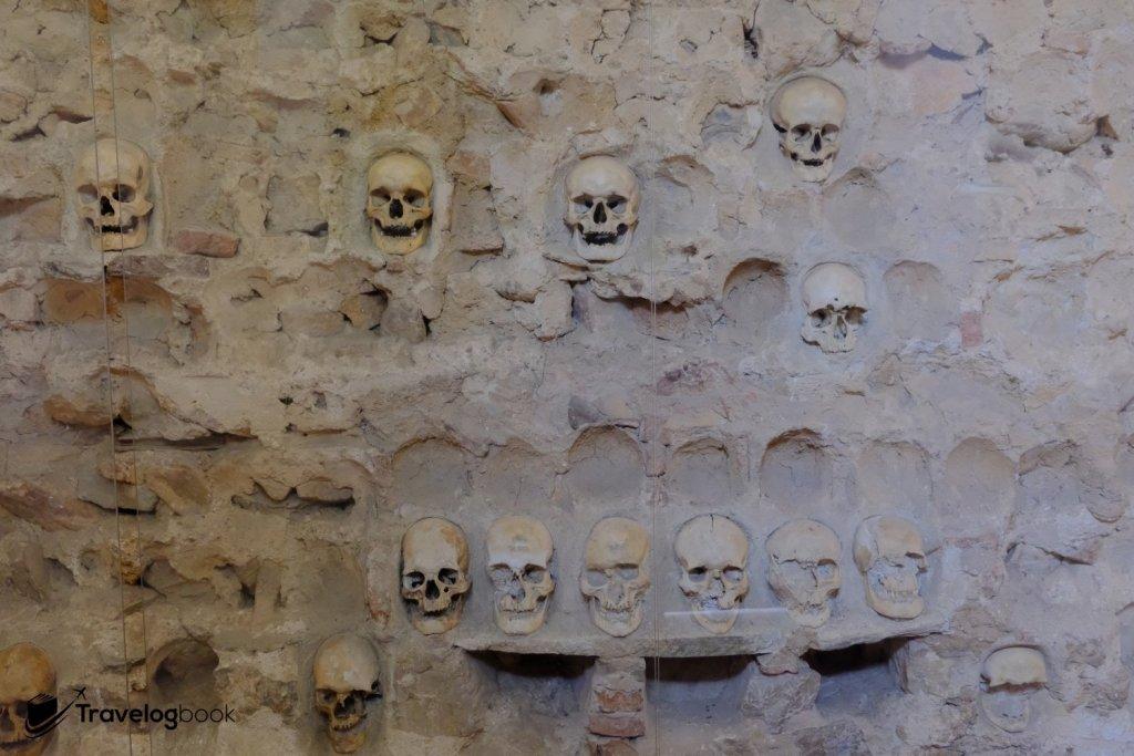 過了這麼多年,隨着部分頭骨被埋葬或被盜,現時只餘下59個骨頭。