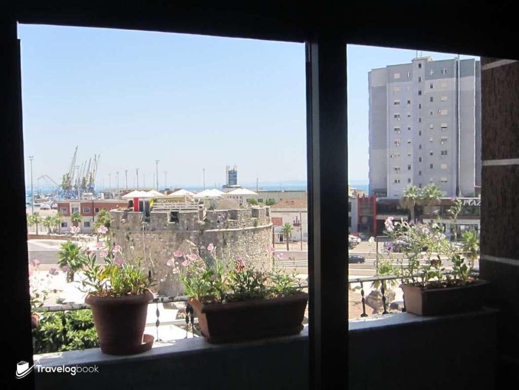 Walk in 入住的Hotel Mediteran,窗口對出便是古迹Venetian Tower,再遠一點則是貨櫃碼頭。