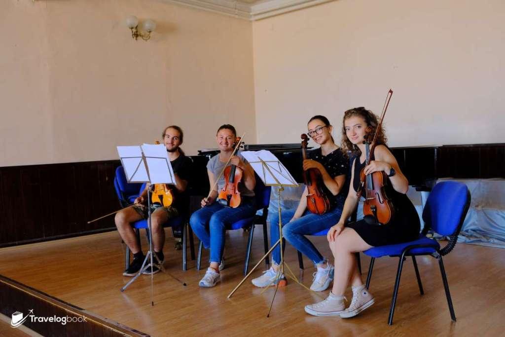巧遇正在練習小提琴的音樂學生。