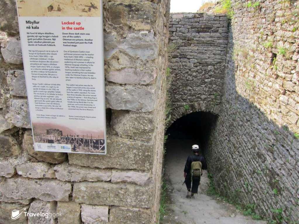 1932年,國內最大的監獄便在這裏建成,關押了很多政治犯及被德軍迫害的人。這監獄直到戰後仍繼續使用,直至1960年才關閉。