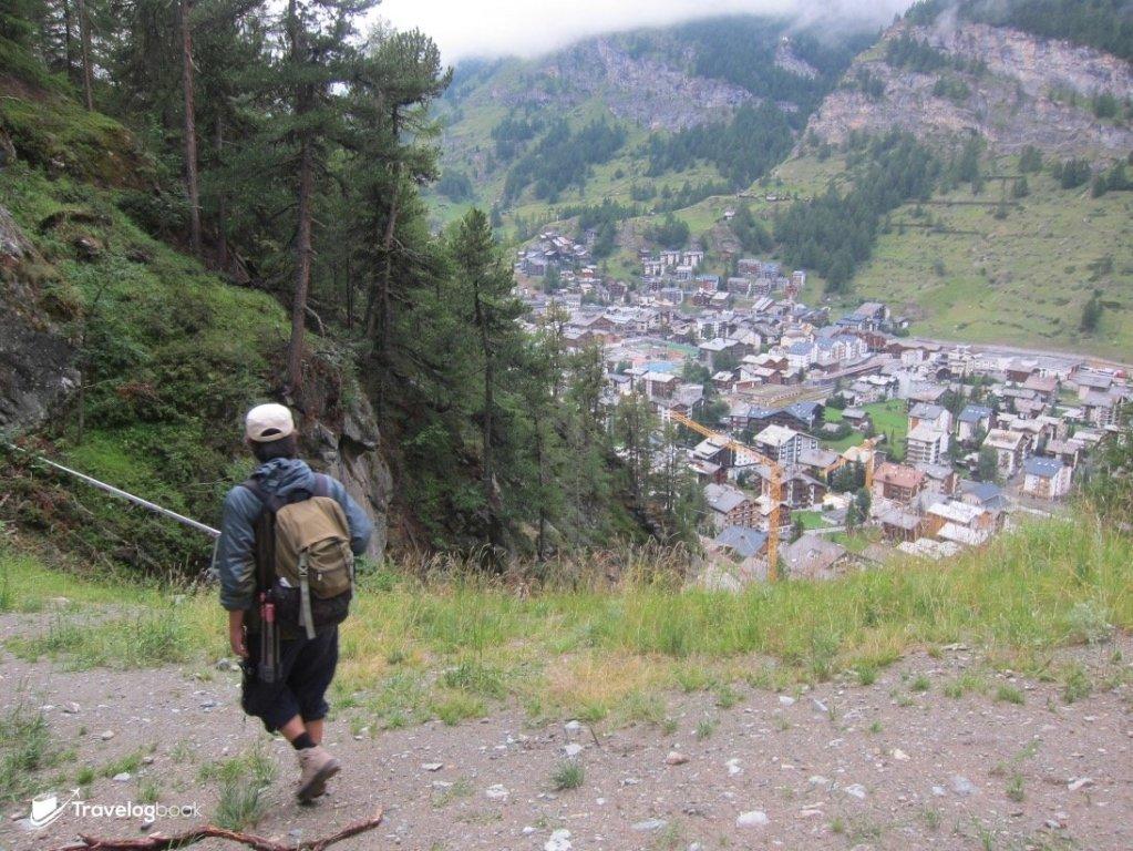 (7:18pm)由起步計約步行了2小時,Zermatt鎮目標在望了。