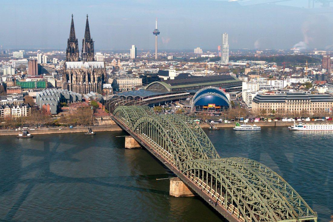 Uitzicht vanaf de Keulse Driehoek naar de Dom van Keulen en de Rijn
