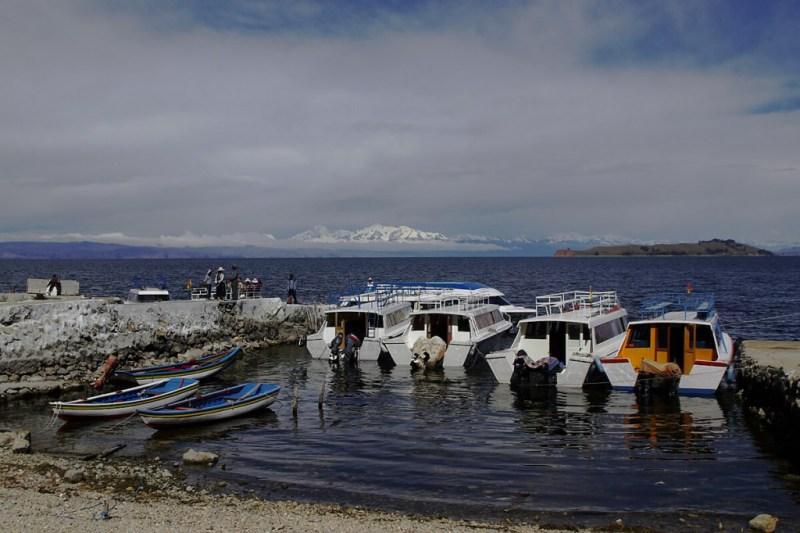 Ausflugsboote vor der Sonneninsel im Titicacasee