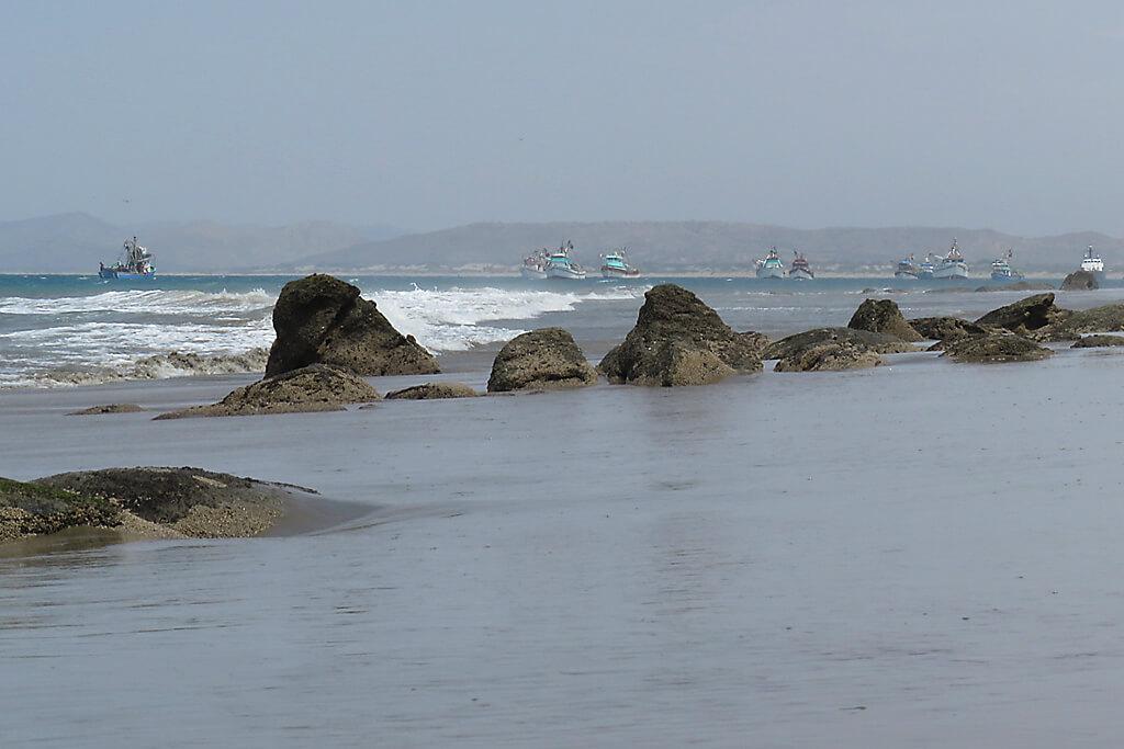 Fischerboote an der Küste bei Mancora