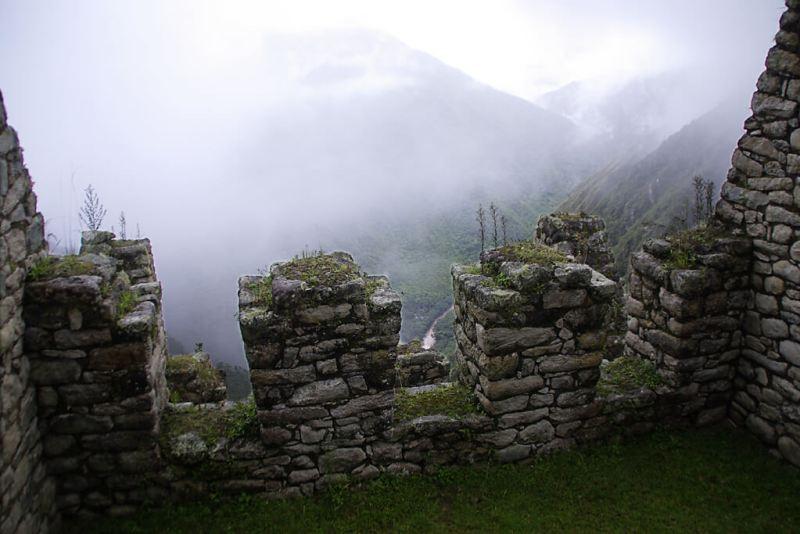 Nebulös: Inkaruine Winay Wayna in den Anden