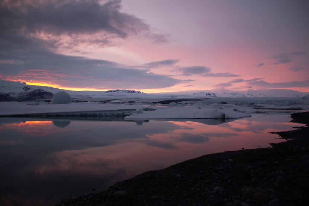 Sonnenuntergang am Gletschersee Jökulsarlon auf Island