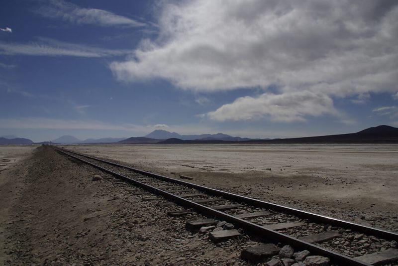 Eisenbahntrasse durch die Wüste Boliviens