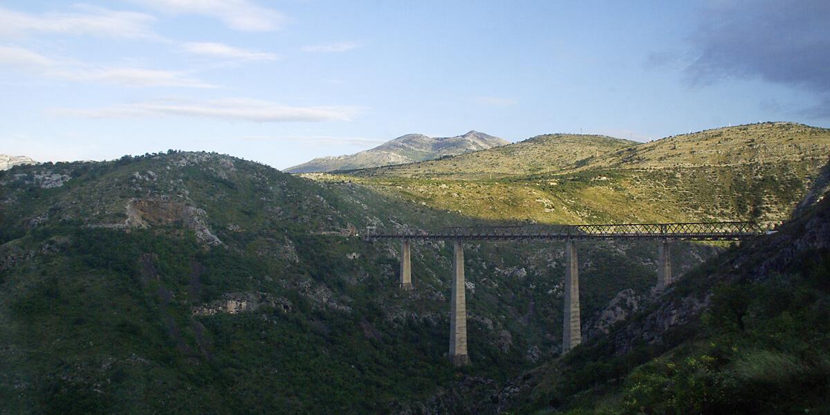 Mit der Eisenbahn über die höchste Brücke Europas in Montenegro