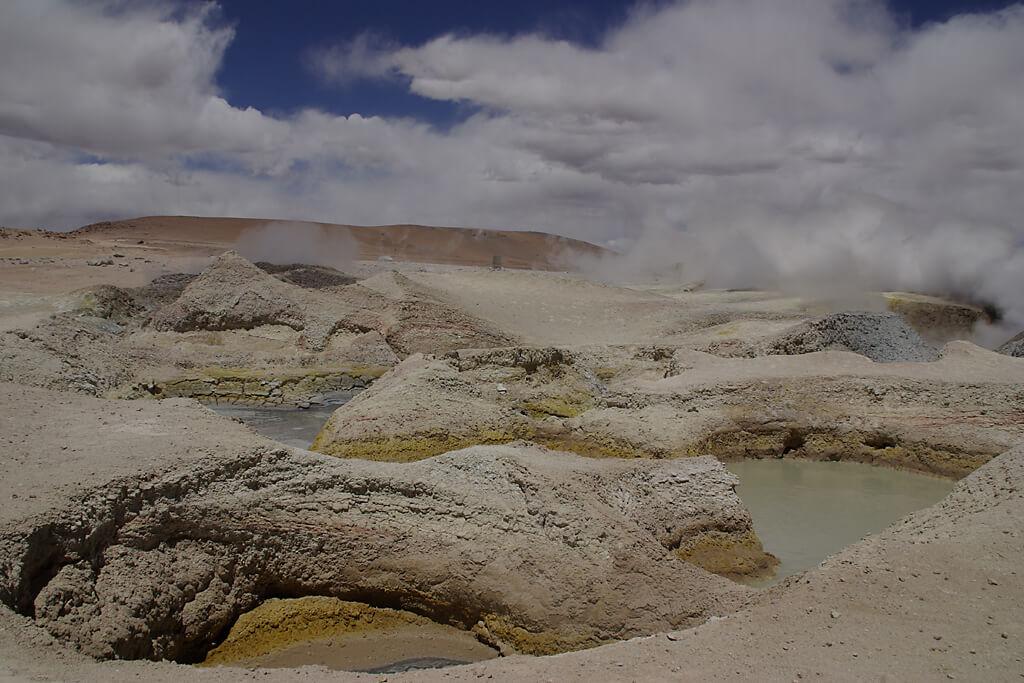Dampfender Geysir Sol de Manana in Bolivien