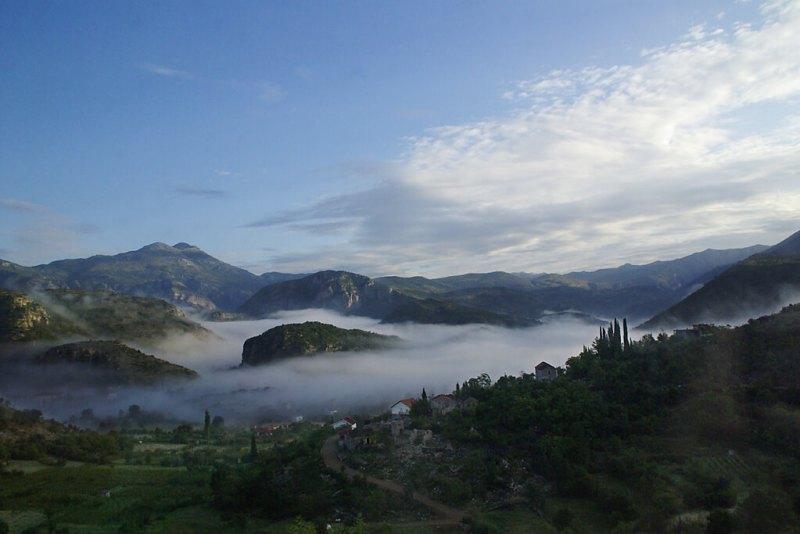 Nebel über dem Tal Mala Rijeka in Montenegro