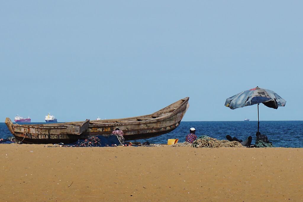 Fischer vor ihren Booten in Lome in Togo