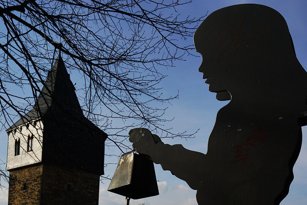 Mädchen mit Glocke am Kehrwiederturm